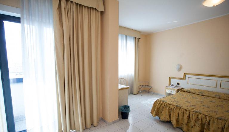 quadruple-room-v6842462-768
